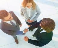 Bedrijfsmensen die handen schudden die een overeenkomst maken Royalty-vrije Stock Afbeeldingen