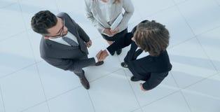 Bedrijfsmensen die handen schudden die een overeenkomst maken Royalty-vrije Stock Afbeelding