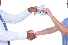 Bedrijfsmensen die handen schudden en bankbiljetten ruilen Royalty-vrije Stock Foto's