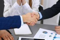 Bedrijfsmensen die handen schudden, die omhoog documenten het ondertekenen beëindigen Vergadering, overeenkomst en advocaat het r stock foto's