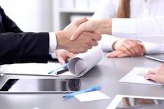 Bedrijfsmensen die handen schudden op vergadering Clouse omhoog van handdruk royalty-vrije stock afbeeldingen