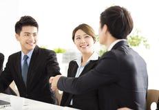 Bedrijfsmensen die handen schudden tijdens vergadering stock afbeelding