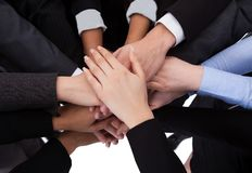 Bedrijfsmensen die handen stapelen Stock Foto's