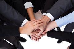 Bedrijfsmensen die handen stapelen Royalty-vrije Stock Foto's