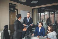 Bedrijfsmensen die het Communicatie Bespreking Werk Bureauconcept ontmoeten Stock Afbeeldingen