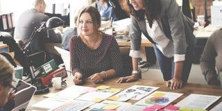 Bedrijfsmensen die het Concept van Ontwerpideeën ontmoeten stock fotografie