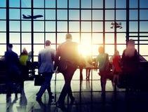 Bedrijfsmensen die het Lopen het Concept van de Vliegtuigreis meeslepen Royalty-vrije Stock Foto's