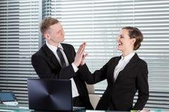 Bedrijfsmensen die hoogte vijf geven royalty-vrije stock afbeeldingen