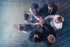 Bedrijfsmensen die hun handen samenbrengen Concept integratie, groepswerk en vennootschap Dubbele blootstelling royalty-vrije stock afbeelding