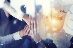 Bedrijfsmensen die hun handen samenbrengen Concept opstarten, integratie, groepswerk en vennootschap Dubbele blootstelling stock afbeelding