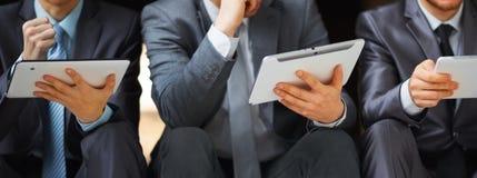 Bedrijfsmensen die hun ideeën in bureau bespreken Stock Foto
