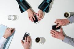 Bedrijfsmensen die hun smatphone gebruiken Stock Afbeeldingen