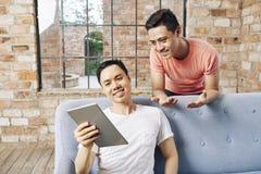 Bedrijfsmensen die idee op digitale tablet bespreken stock afbeelding