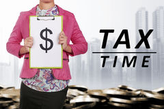 Bedrijfsmensen die klembord met dollarsymbool houden Royalty-vrije Stock Afbeelding