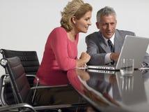 Bedrijfsmensen die Laptop in Conferentiezaal met behulp van Stock Afbeeldingen