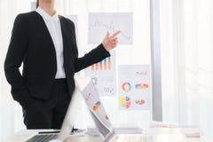 Bedrijfsmensen die laptop en Financiële grafieken gebruiken op vergadering royalty-vrije stock fotografie