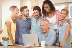 Bedrijfsmensen die laptop in vergaderzaal bekijken Royalty-vrije Stock Foto