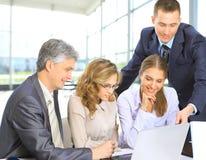 Bedrijfsmensen die in laptop werken Royalty-vrije Stock Foto