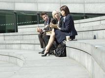 Bedrijfsmensen die Lunch op Stappen hebben in openlucht royalty-vrije stock fotografie