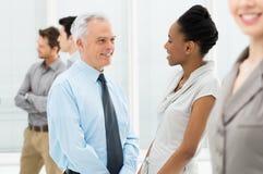Bedrijfsmensen die met elkaar spreken Stock Foto