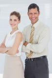 Bedrijfsmensen die met gekruiste wapens glimlachen Royalty-vrije Stock Afbeeldingen