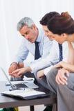 Bedrijfsmensen die met hun laptop aan bank werken Royalty-vrije Stock Fotografie