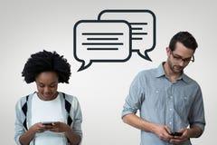 Bedrijfsmensen die met toespraakbellen de telefoon tegen grijze achtergrond bekijken Stock Fotografie