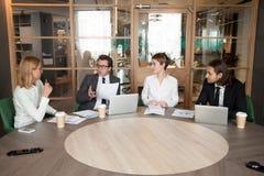 Bedrijfsmensen die nieuw ontwerpproject bespreken bij uitvoerend team royalty-vrije stock afbeeldingen