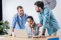 Bedrijfsmensen die nieuw project bespreken bij werkplaats in bureau Royalty-vrije Stock Foto