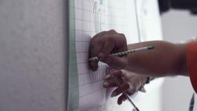 Bedrijfsmensen die nota's nemen door handen voorraad Handen van zakenlieden die nota's over de tribune nemen stock video