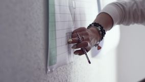 Bedrijfsmensen die nota's nemen door handen voorraad Handen van zakenlieden die nota's over de tribune nemen stock videobeelden