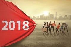 Bedrijfsmensen die nummer 2018 trekken stock foto