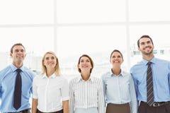 Bedrijfsmensen die omhoog in bureau kijken Stock Fotografie