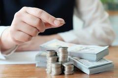 Bedrijfsmensen die Ontwerpideeën met pen ontmoeten die financiële documenten professionele investeerder analyseren die nieuw star stock foto