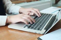 Bedrijfsmensen die Ontwerpidee?n met pen ontmoeten die financi?le documenten professionele investeerder analyseren die nieuw star stock afbeeldingen