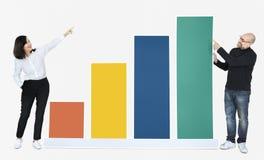 Bedrijfsmensen die ontwikkeling in een grafiek tonen stock foto's