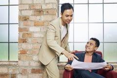 Bedrijfsmensen die ontwikkelingsplan bespreken royalty-vrije stock foto