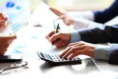 Bedrijfsmensen die op calculator tellen Royalty-vrije Stock Afbeeldingen