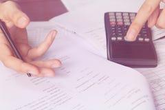 Bedrijfsmensen die op calculatorzitting bij de lijst tellen Sluit omhoog van handen en kantoorbehoeften Royalty-vrije Stock Fotografie
