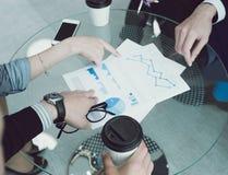 Bedrijfsmensen die op diagrammen richten Royalty-vrije Stock Afbeeldingen