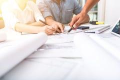 bedrijfsmensen die op document tijdens teamvergadering richten Stock Afbeeldingen