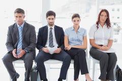 Bedrijfsmensen die op een rij zitten Royalty-vrije Stock Afbeelding