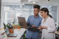Bedrijfsmensen die op het kantoor samenwerken stock afbeelding
