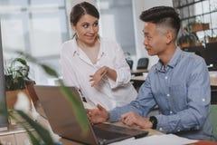 Bedrijfsmensen die op het kantoor samenwerken royalty-vrije stock afbeeldingen