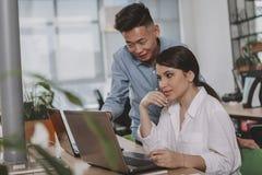 Bedrijfsmensen die op het kantoor samenwerken royalty-vrije stock afbeelding