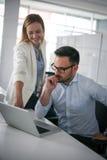 Bedrijfsmensen die op iets op laptop letten Bedrijfs vrouw - 2 Royalty-vrije Stock Foto's