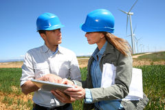Bedrijfsmensen die op turbinegebied werken stock afbeeldingen