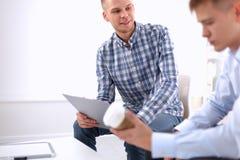 Bedrijfsmensen die op vergadering op kantoor spreken Royalty-vrije Stock Foto's