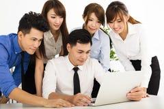 Bedrijfsmensen die op vergadering samenwerken royalty-vrije stock afbeeldingen