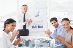 Bedrijfsmensen die op vergadering toejuichen Royalty-vrije Stock Foto's